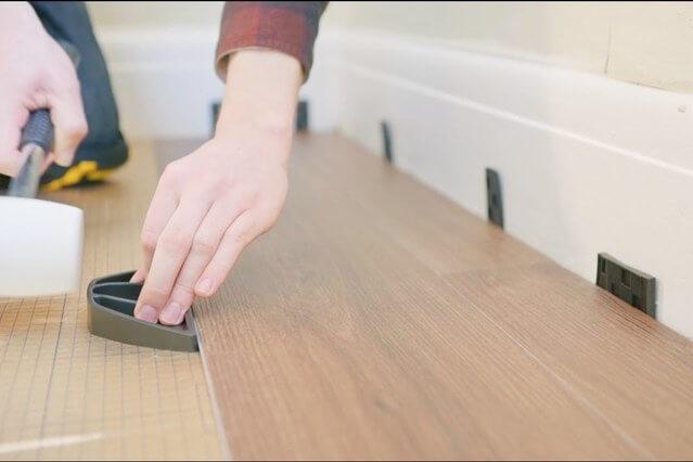 foto de homem colocando piso vinílico click